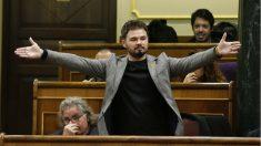 Rufián desobedeciendo a la presidenta del Congreso, Ana Pastor, antes de ser expulsado. (Foto: EFE)