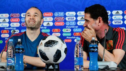 Hierro bromea con Iniesta en una rueda de prensa en el Mundial.