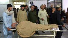 Los servicios sanitarios atienden a un herido en el atentado (Foto: AFP).