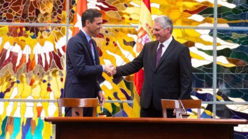 Pedro Sánchez con el dictador cubano Miguel Díaz-Canel