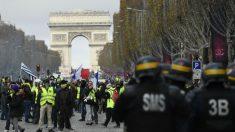 La Policía francesa dispersa con gas lacrimógeno una  protesta de los 'chalecos amarillos'. (Foto: AFP)