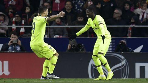 Dembélé celebra un gol con Luis Suárez. (AFP)
