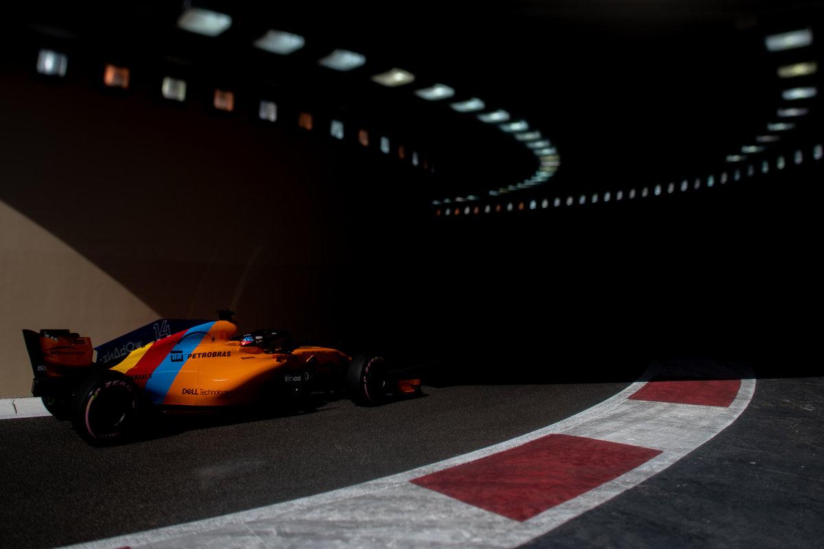 Fernando Alonso con el MCL33 en Abu Dhabi