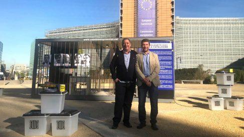 Los dueños de Petrolis Independents, Joan Canadell y Jordi Roset, con la jaula que llevaron a Bruselas.
