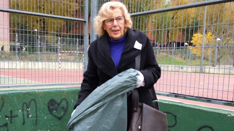 La alcaldesa Manuela Carmena limpieando. (Foto. Madrid)