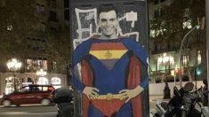 Pintada de Pedro Sánchez disfrazado de Superman en Barcelona.