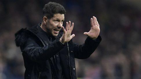 Simeone da instrucciones a los suyos contra el Barça. (AFP)