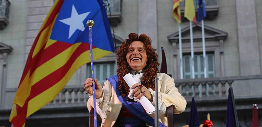El actor  de TV3 Toni Alba, en el «pregún alternativo» de las fiestas de Barcelona financiado por Petrolis Independents.