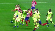 Vidal toca el balón con la cabeza y el brazo.