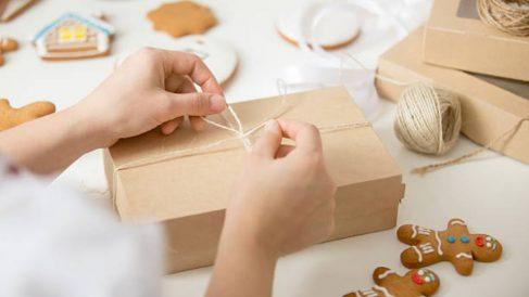 Todos los pasos para envolver un regalo sin tener papel de regalo
