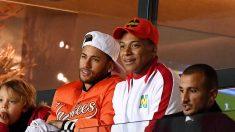 Neymar y Kylian Mbappé durante el último partido del PSG, en el que fueron baja por lesión (AFP).