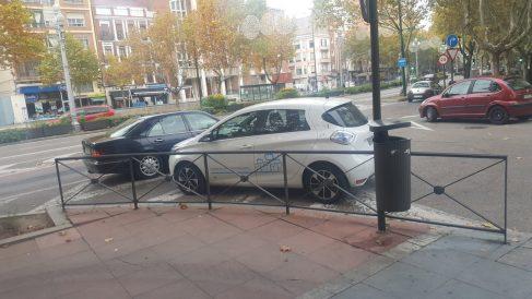 El coche del alcalde de Valladolid estacionado de manera irregular. (Foto @Ramart86 vía Twitter)