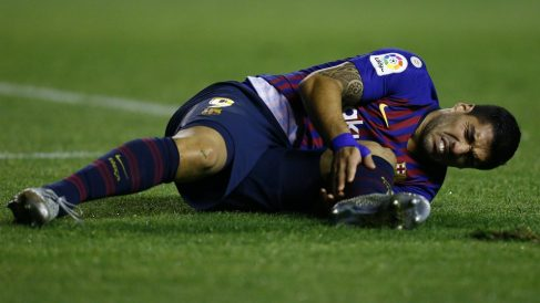 Luis Suárez se duele en un partido del Barcelona. (AFP)