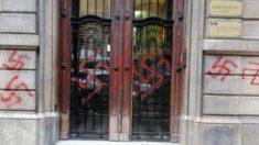 Pintadas en la fachada de Omnium Cultural.