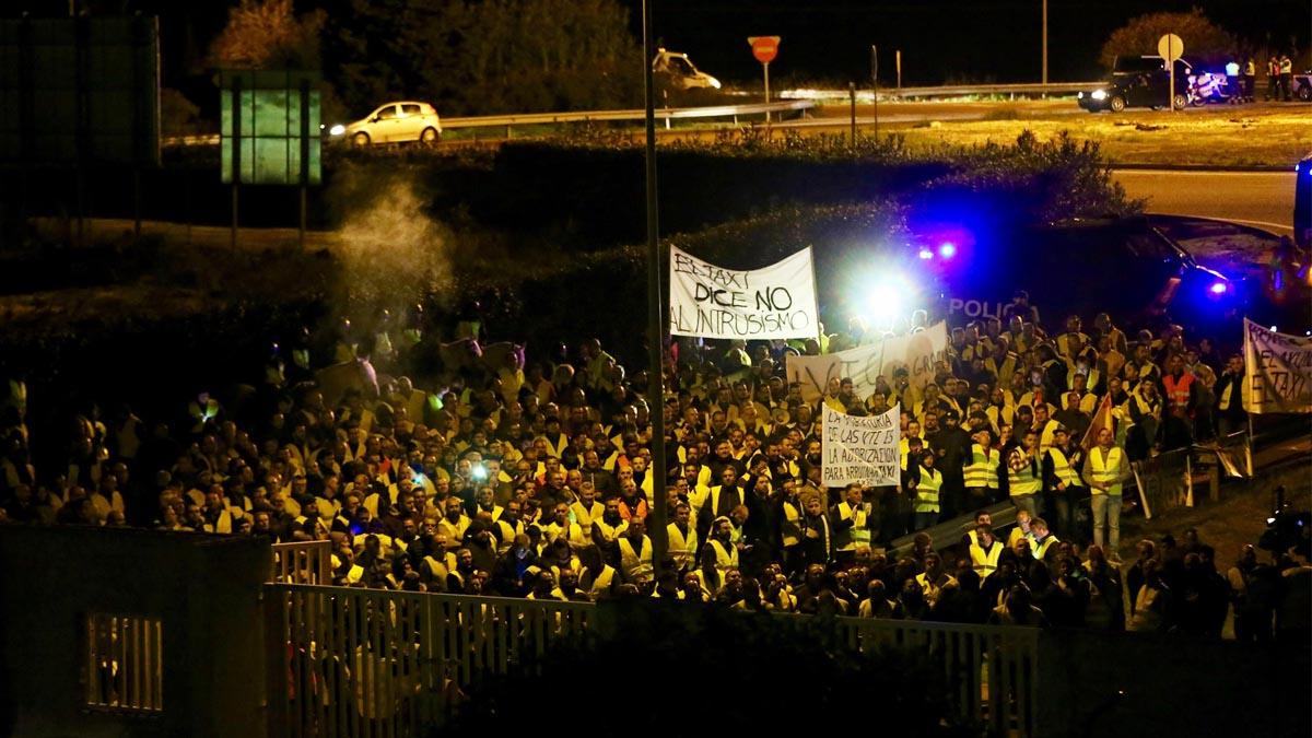 Los taxistas impiden el acceso al centro de RTVE en Sevilla.