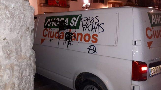 Ciudadanos denuncia pintadas con la palabra «fachas» contra una furgoneta suya en Jaén