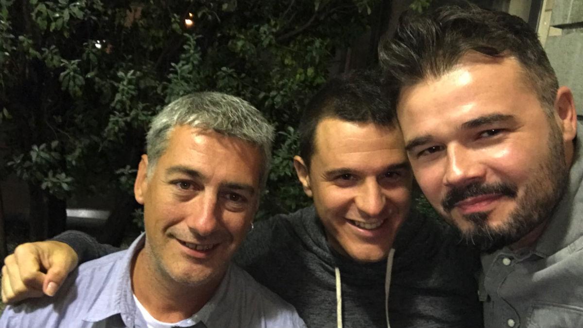 Gabriel Rufián en la imagen que ha compartido con Oskar Matute (Bildu) y Jonathan Martínez (RRSS).