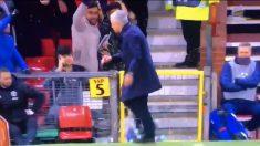 Mourinho, tirando las bebidas contra el césped tras el gol.