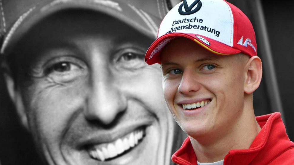 Mick Schumacher, con la imagen de su padre de fondo.