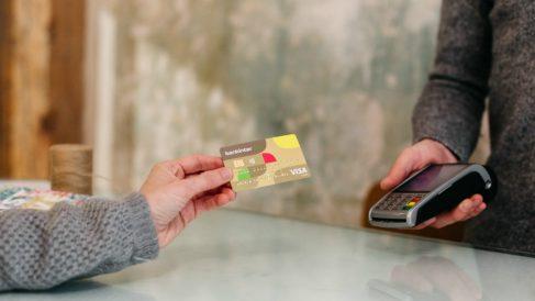 Un pago con tarjeta por datáfono
