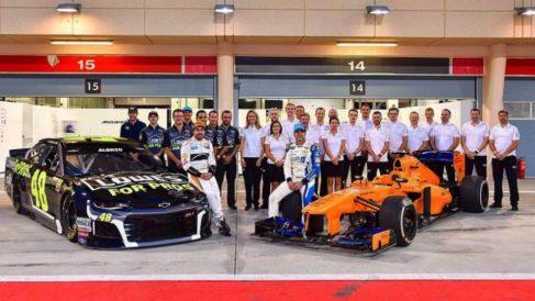 Fernando Alonso posa con un coche de la Nascar en un evento reciente en Bahrein.
