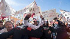 Mossos d'Esquadra tratan de impedir que los médicos de atención primaria que se concentran ante el Parlament. Foto: EFE