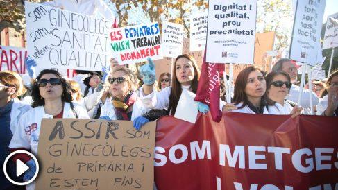 Decenas de médicos de atención primaria se concentran ante el Parlament, convocados por Médicos de Cataluña (MC), en la tercera jornada de huelga para exigir mejoras asistenciales y laborales en el sistema de salud. (Foto: Efe)
