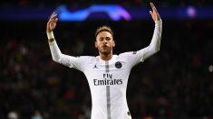 Neymar se dirige a la grada tras su gol. (AFP)