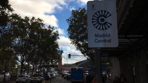 Señal de Madrid Central cerca de Atocha. (Foto. OKDIARIO)
