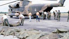 Tragedia de Jonestown. Militares recogiendo los cuerpos.