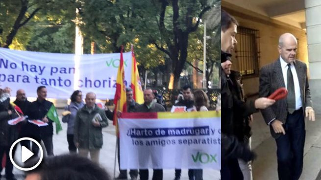 Militantes de VOX recibiendo con chorizos a la entrada de los 21 ex altos cargos de la Junta de Andalucía juzgados en el caso de los ERE. Foto: Vox