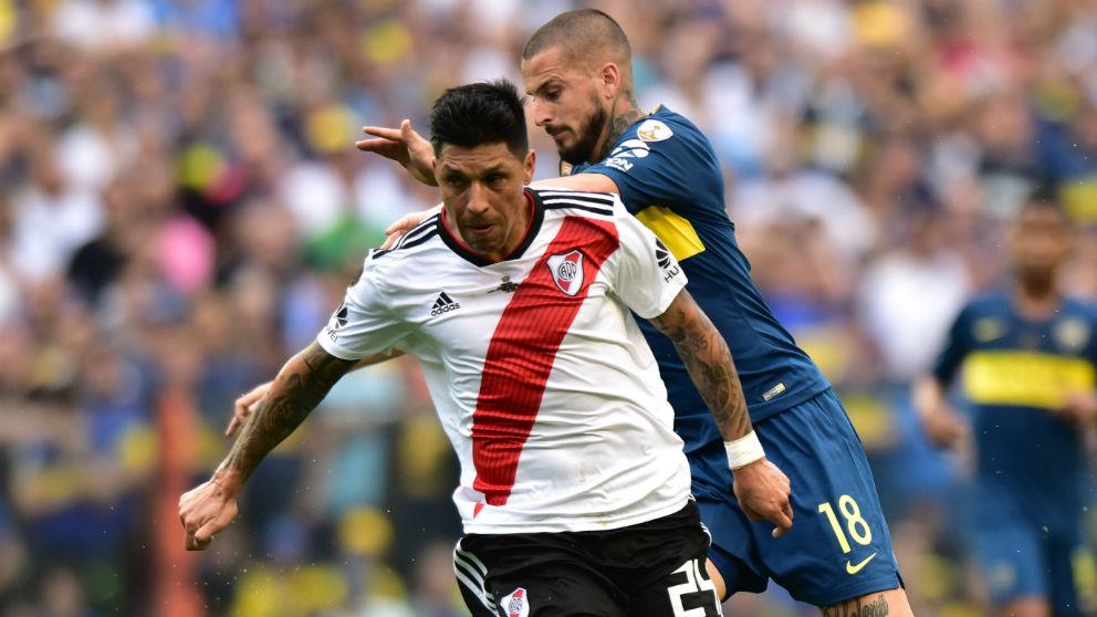Enzo Pérez y Dario Benedetto durante el Boca – River de la ida de la Libertadores. (Getty)