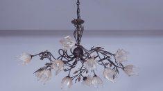 Las lámparas de hierro forjado dan muchísima personalidad al techo