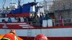Imagen del pesquero, con los migrantes en cubierta. Foto: Open Arms