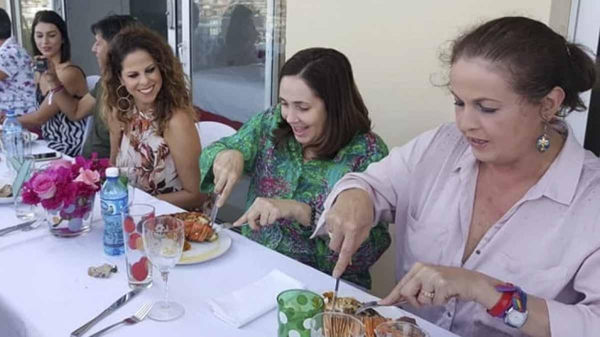 Carla Antonelli comiendo langosta con Pastora Soler y la hija de Raúl Castro. Foto: Cibercuba