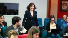 Carmen Calvo entrando este viernes en la rueda de prensa tras el Consejo de Ministros (EFE).