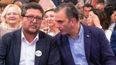 Francisco Serrano, a la izquierda, con el líder nacional Javier Ortega Smith (RRSS).