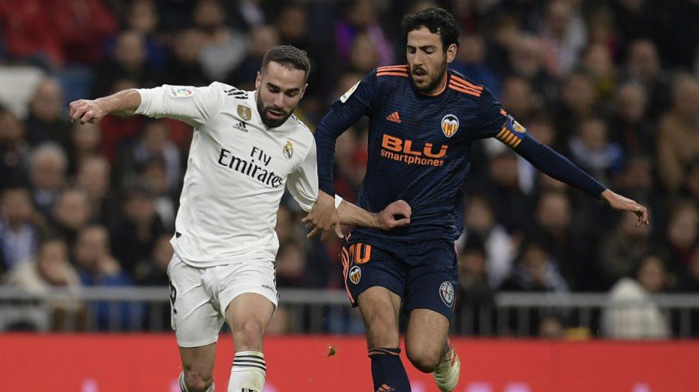Dani Carvajal controla un balón ante Parejo. (AFP)