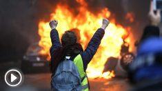 Un manifestante ante un vehículo incendiado (Foto: AFP).