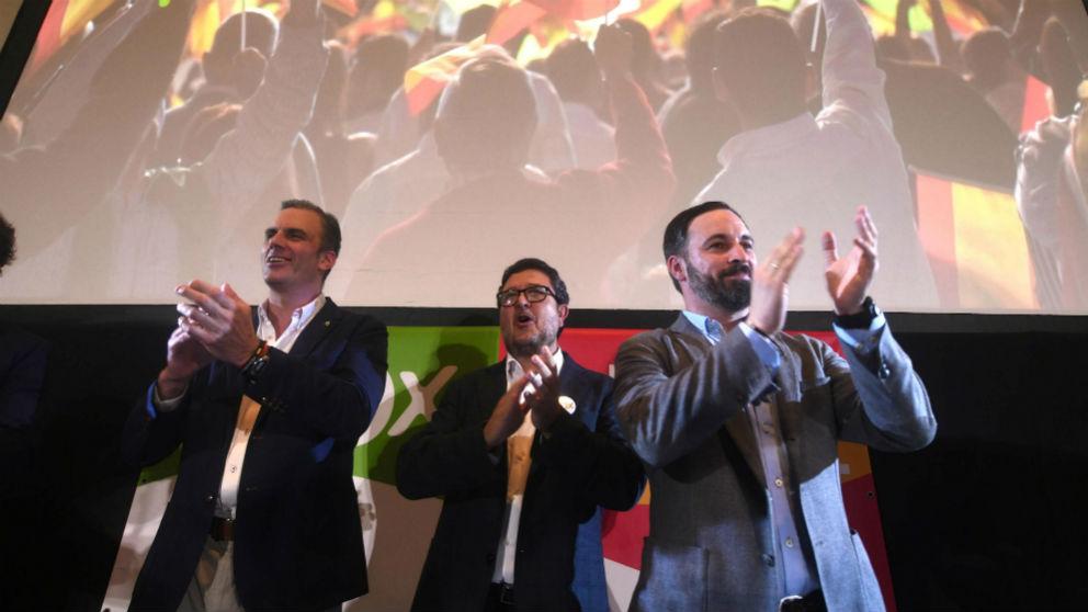 El secretario general de Vox, Javier Ortega Smith, el candidato a la presidencia de la Junta de Andalucía, Francisco Serrano, y el presidente, Santiago Abascal, tras conocer los resultados en las elecciones andaluzas. EFE/Rafa Alcaide