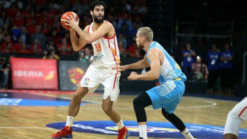 Javi Beirán controla una pelota durante el España-Ucrania. (EFE)