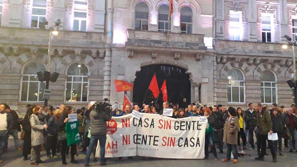 Decenas de personasse manifiestan contra el desahucio de una anciana de 99 años en Madrid.