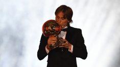 Luka Modric besa el Balón de Oro. (AFP)