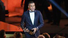 Mbappé posa con el trofeo Kopa en la gala del Balón de Oro. (AFP)