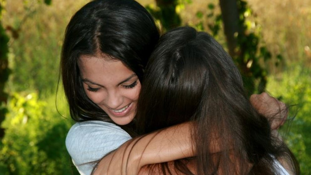Conexión, relax y juventud, éstos son los beneficios de los abrazos para la salud