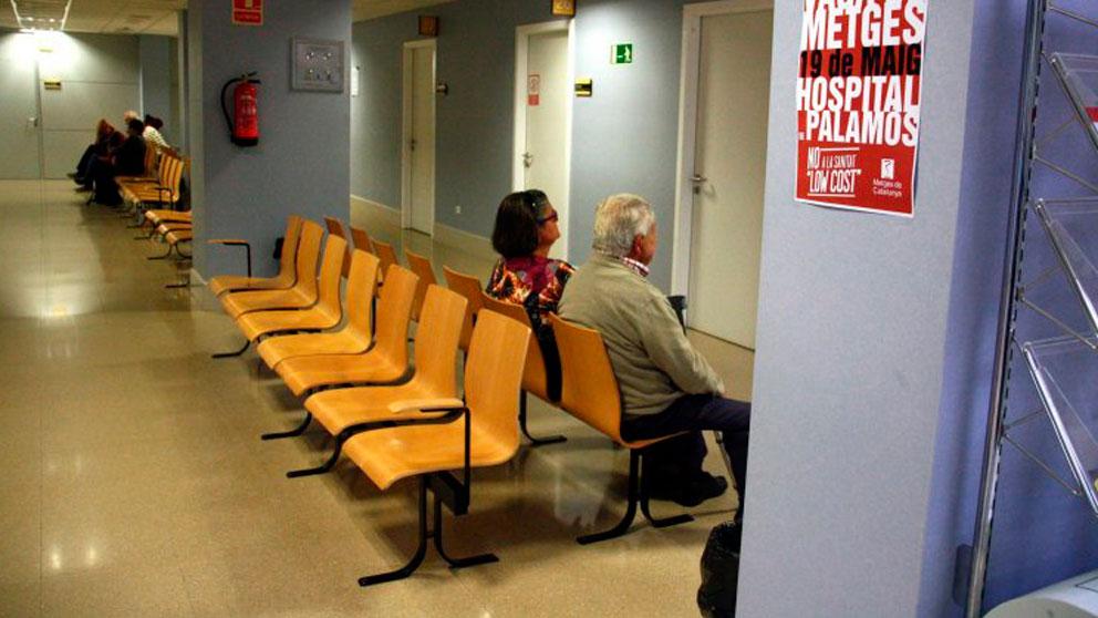 Dos pacientes esperan a ser atendidos en el Hospital de Palamós en Gerona.