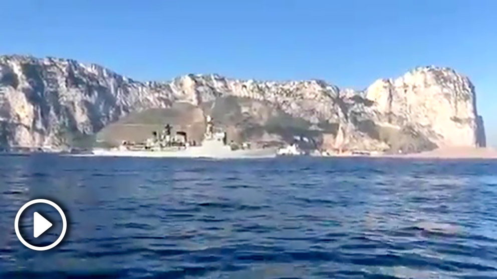 Una corbeta española navega frente a Gibraltar haciendo sonar el himno nacional.