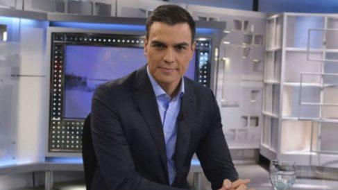 Pedro Sánchez antes de empezar la entrevista (Telecinco).