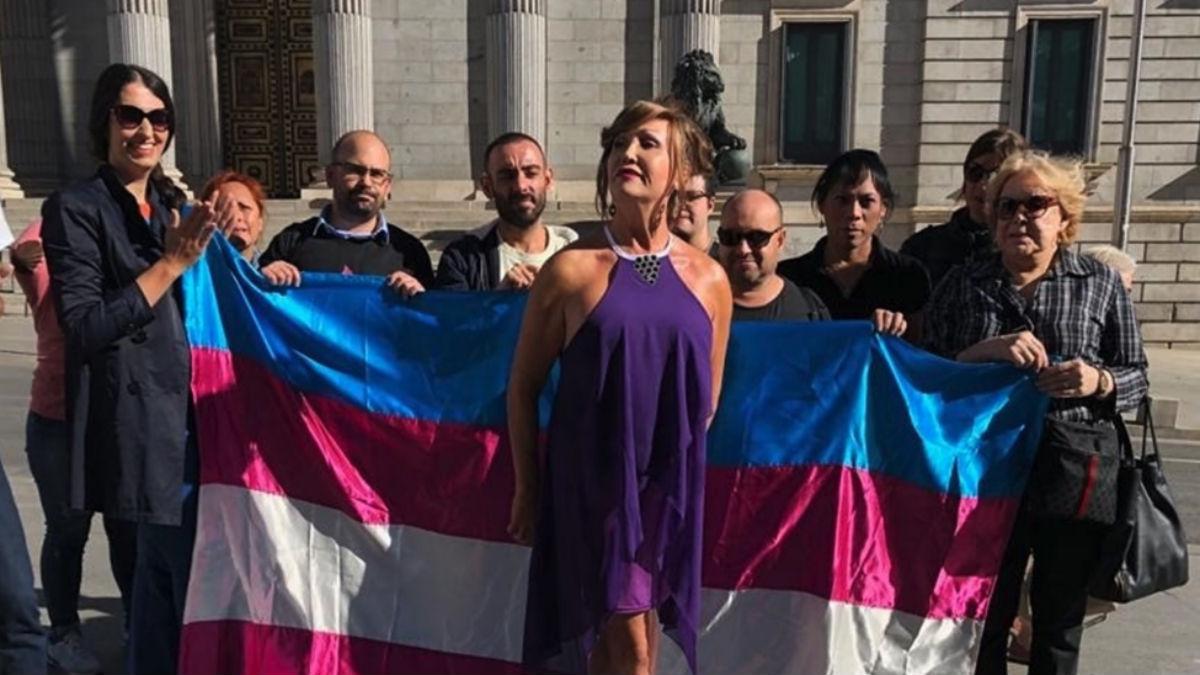 Colectivos transexuales ante el Congreso (Europa Press).