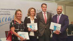 Álvaro de la Parra y la Dra. Sánchez Menan, en el centro, junto a Raquel Barba y Francisco de Paula Rodríguez, director de Health System Strategy en Medtronic Ibérica S.A. (Foto: Quirónsalud)